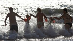 Роспотребнадзор запретил купаться в Черном и Азовском морях